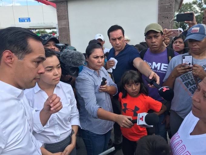 Presidential candidate Julián Castro speaks with asylum seekers waiting in a camp across from Brownsville. - TWITTER / @TXCIVILRIGHTS