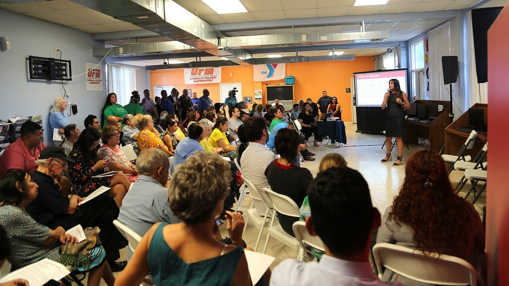 People packed the Alazan Community Center in 2019 for a meeting about new development. - PHOTO BY BEN OLIVO / SAN ANTONIO HERON