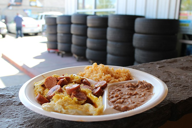 Hot dogs and eggs at Victor's Tires - ENRIQUE LIMÓN