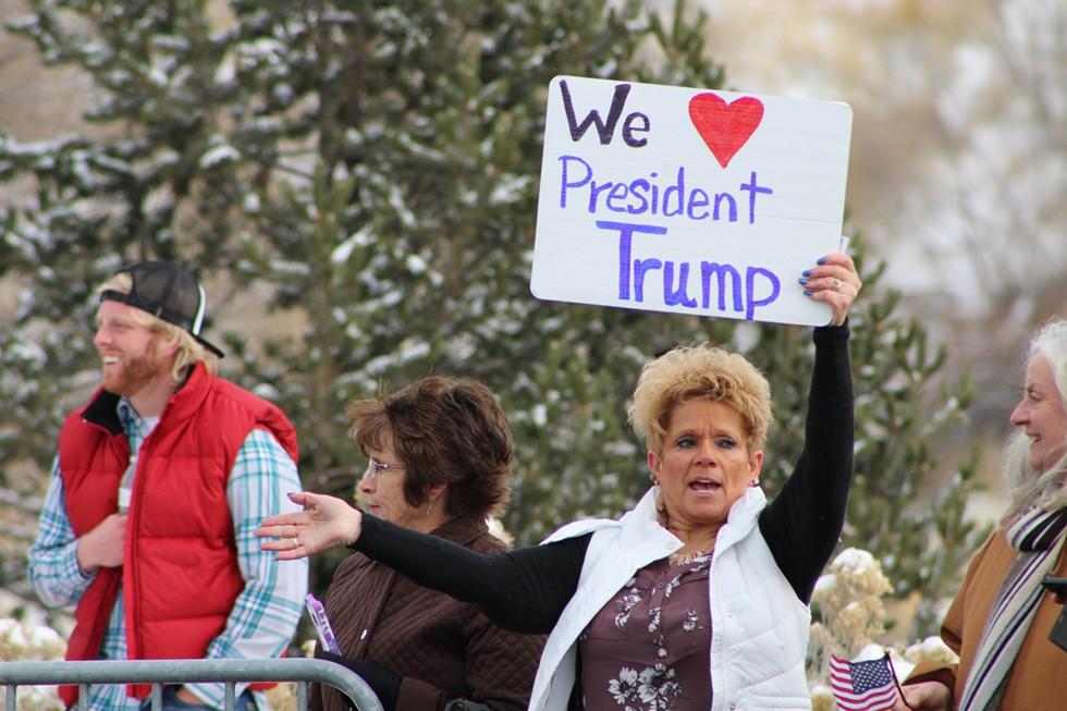 Tami Hunsaker (center right) and her friend Nancy McKellar (ctr. left) show their Trump pride. - ENRIQUE LIMÓN