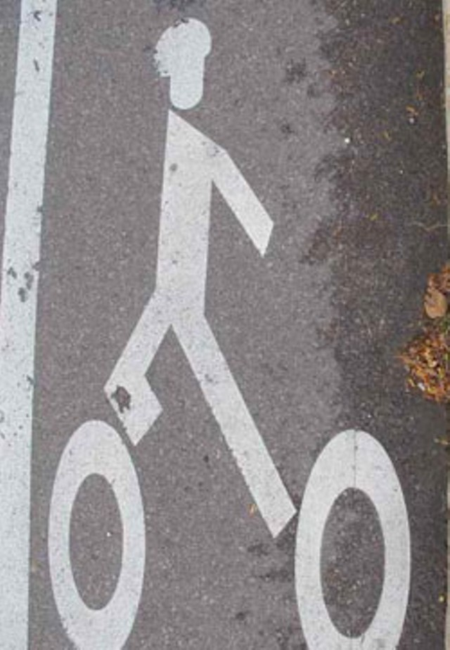 The anatomically incorrect bicyclist marking on Route 15