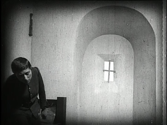 An impossible archway in The Passion of Joan of Arc - PUBLIC DOMAIN