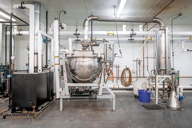 Böswellness' distilling equipment - LUKE AWTRY