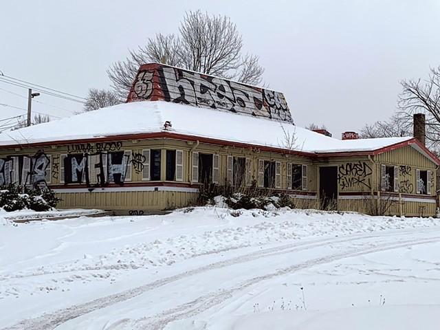 The former Pizza Hut In South Burlington - KEN PICARD ©️ SEVEN DAYS