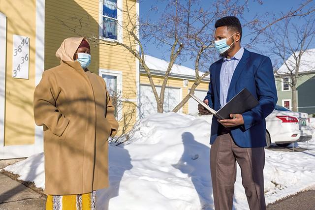 Noor Bulle (right) speaking with Burlington parent Zainab Gabow - OLIVER PARINI
