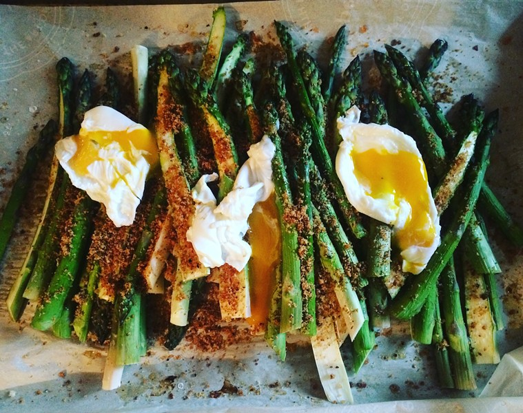 Asparagus with poached eggs and breadcrumbs - JULIA CLANCY