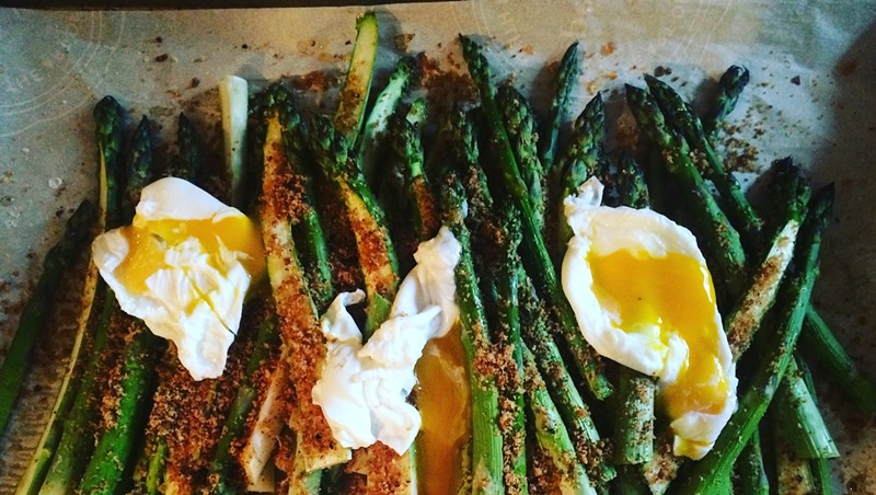 Asparagus with poached eggs and breadcrumbs