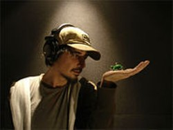 VID COUSINS - Amon Tobin and his new portable instrument.