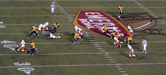 Future Detroit Lion Jahvid Best (No. 4) en route to a touchdown and 186 rushing yards in the '08 Emerald Bowl - VANCE CARDELL