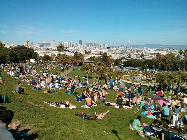 mission_dolores_park_crowded.jpg