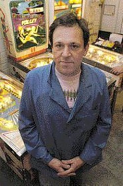 JAMES  SANDERS - Michael Schiess, collector of pinball - machines.