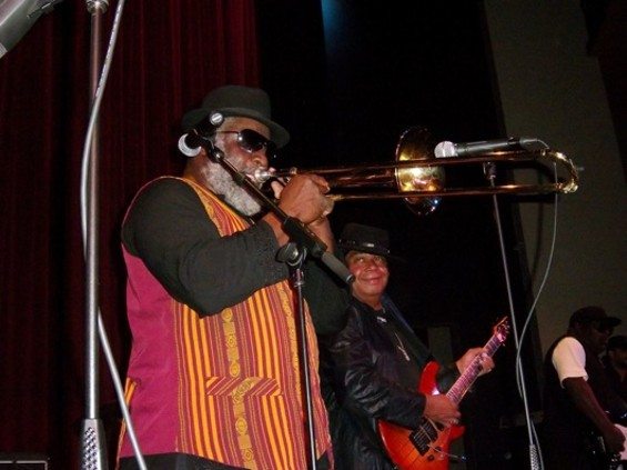 Nambo Robinson (trombone) and Darryl Thompson (guitar) of the Taxi Gang - TOMAS PALERMO