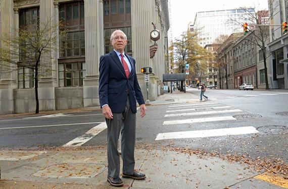 作家约翰·B。Keefe Sr。在东大街和第九街的拐角处。