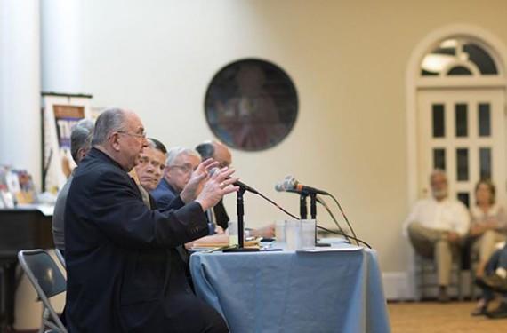弗朗西斯·迪洛伦佐主教,当地天主教教区的领导人,在诺福克的圣心天主教堂演讲,弗吉尼亚州,八月。25,2015。迪洛伦佐在教会领导一个小组讨论,集中讨论教皇弗朗西斯最近的通谕告诉天主教徒,他们有责任解决气候变化问题。